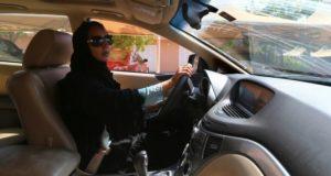 الإطار الاجتماعي والسياسي حول السماح للمرأة السعودية بقيادة السيارة